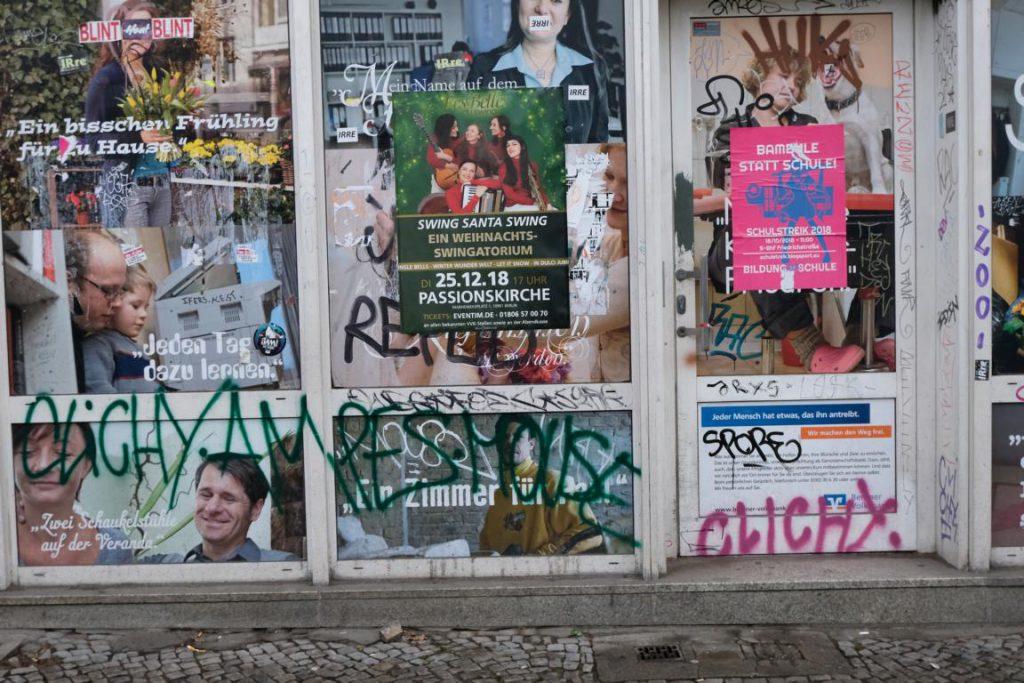 """Plakate auf Hauseingang. Slogan wie """"Jeden Tag dazu lernen"""""""